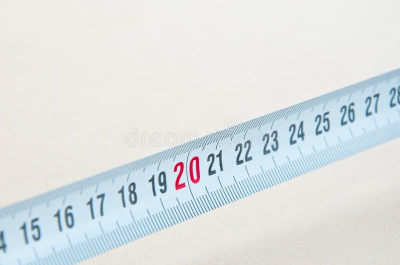 Outils à main sur le fond en bois Roulette de construction sur un fond blanc image libre de droits