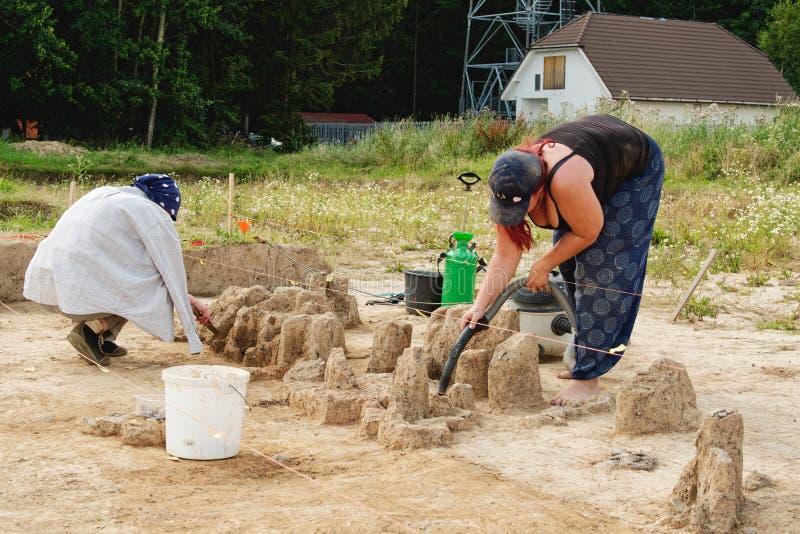 Outils archéologiques, archéologue travaillant au site, main et outil photos libres de droits
