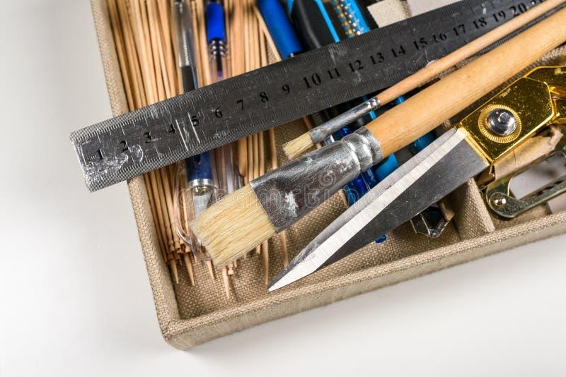 Outils de bricolage placés dans la boîte photographie stock