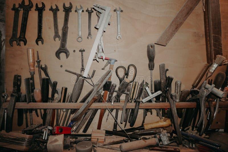 Outils de charpentier à travailler à un fond en bois image stock