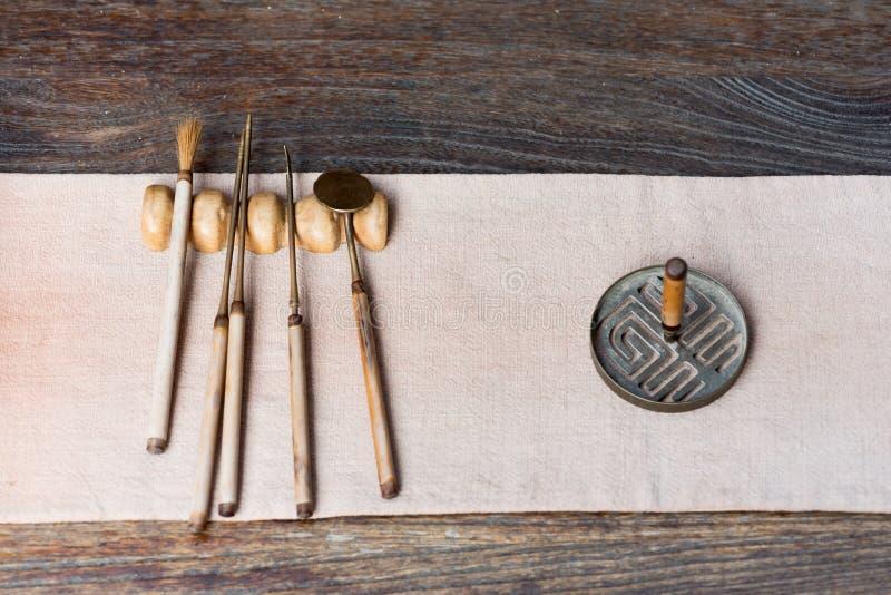 Outils de chinois traditionnel pour préparer le thé sur une table en bois images libres de droits