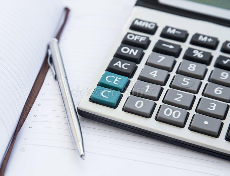 Outils de comptabilité avec l'ordre du jour, la calculatrice et le stylo Bureau Financia photo libre de droits