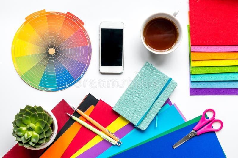 Outils de concepteur sur la vue supérieure de fond blanc de table de travail image libre de droits