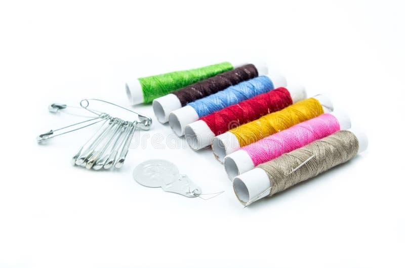 Outils de couture sur le fond blanc photographie stock libre de droits