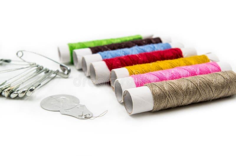 Outils de couture sur le fond blanc image libre de droits