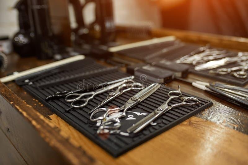 Outils de cru de salon de coiffure sur le fond en bois images libres de droits