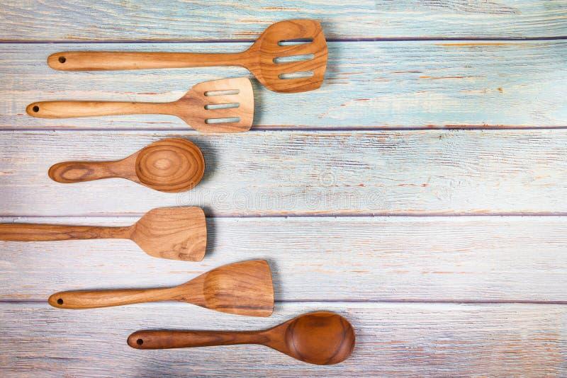 Outils de cuisine naturels produits en bois / ustensiles de cuisine fond avec spatule à la cuillère de différentes tailles d'obje images stock