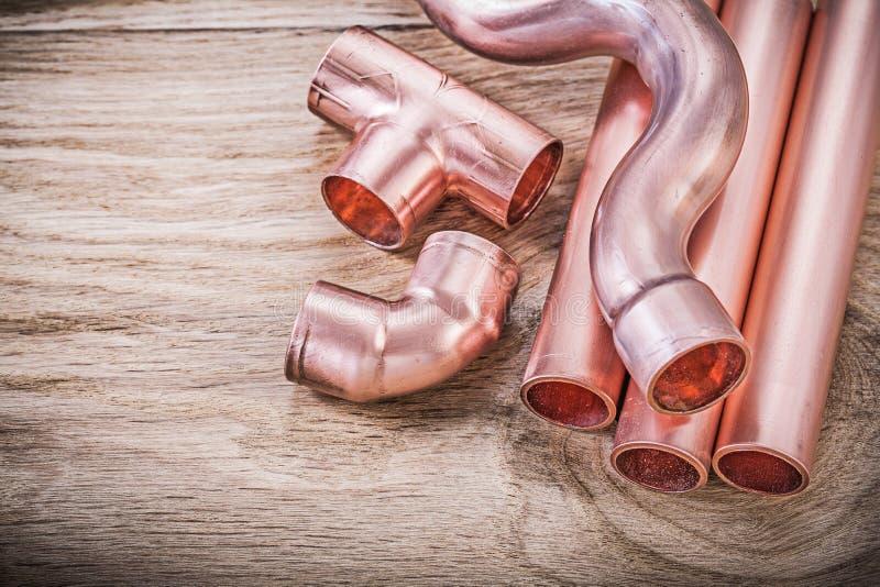 Outils de cuivre d'accouplement de conduite d'eau sur le brassw de tuyauterie de conseil en bois photos libres de droits