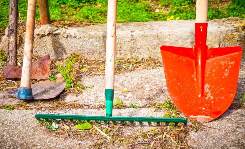 Outils de jardin dehors image libre de droits