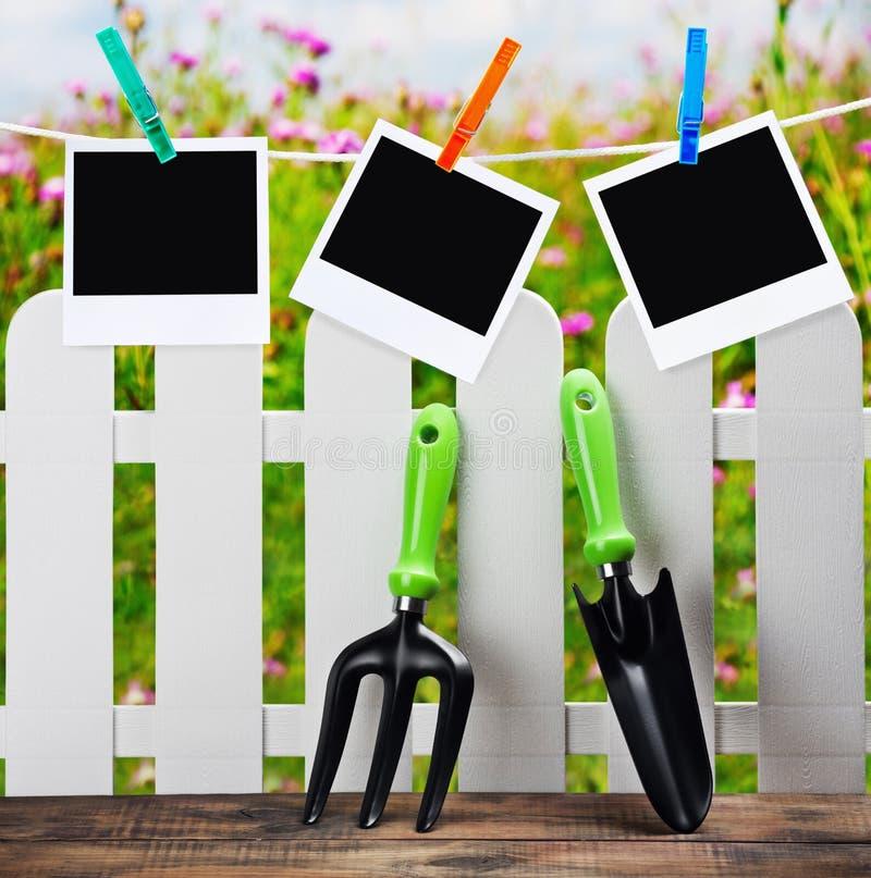 Outils de jardin et photoframes sur une pince à linge photo libre de droits