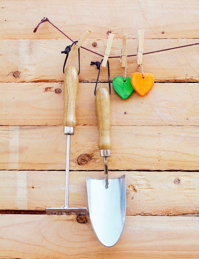 Outils de jardin s'arrêtant sur le bois photos stock