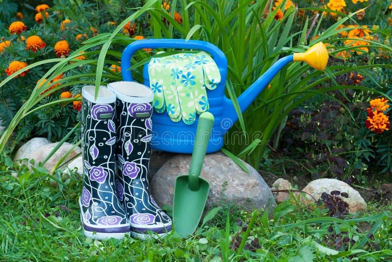 Outils de jardinage dans le jardin photo stock