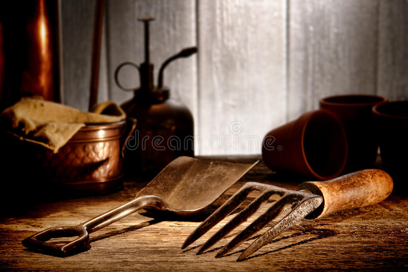 Outils de jardinage de cru dans la vieille cloche antique de jardin photographie stock