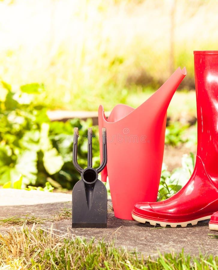 Outils de jardinage ext?rieurs dans le jardin photographie stock