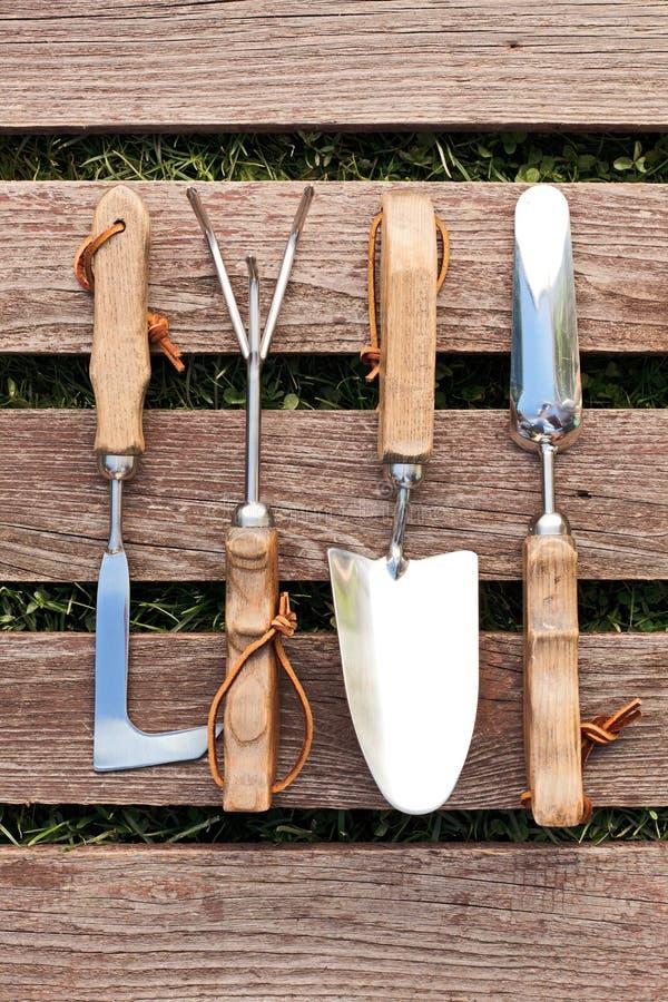 Outils De Jardinage Sur Le Conseil En Bois Image Stock