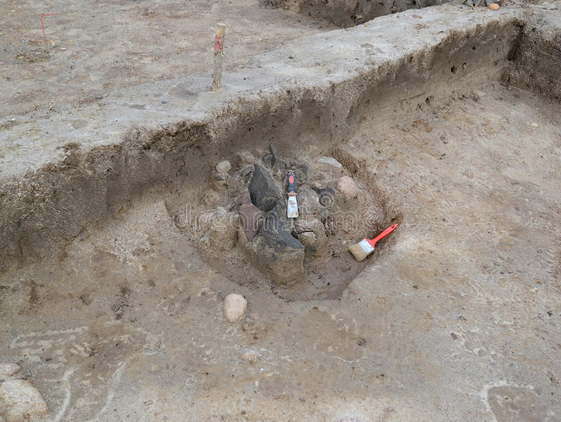 Outils de l'archéologue au centre antique image stock