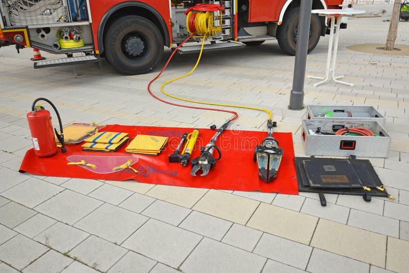 Outils de lutte contre l'incendie comme s'éteindre la couverture, le coupeur hydraulique de délivrance ou l'extincteur du camion  image libre de droits