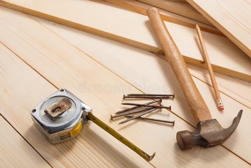 Outils de menuiserie sur le fond en bois image stock