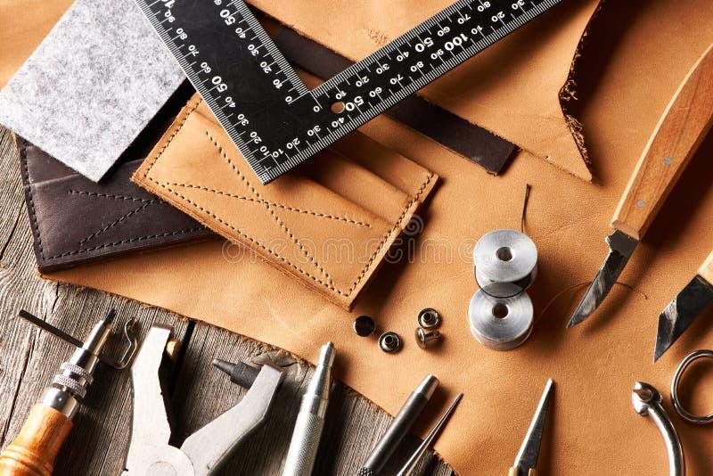 Outils de ouvrage en cuir images stock