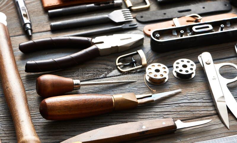 Outils de ouvrage en cuir photographie stock libre de droits