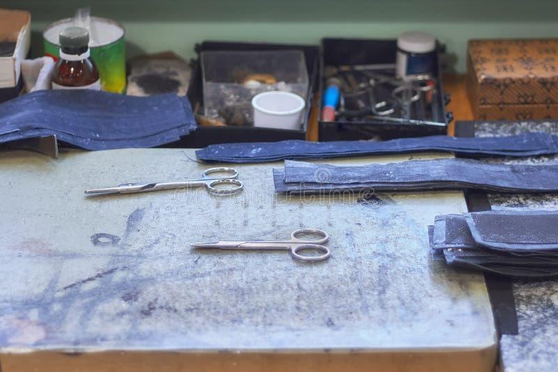 Outils de ouvrage en cuir et calibres de DIY sur l'?tabli photo libre de droits