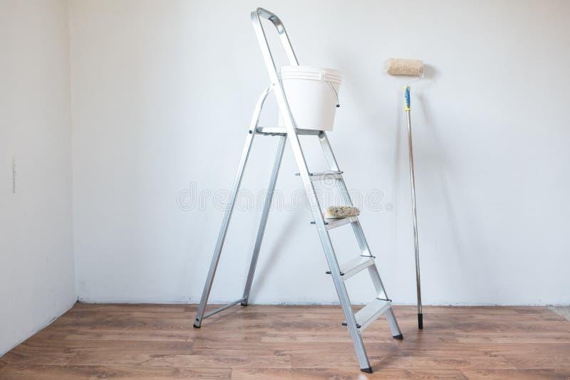 Outils De Peinture D'Isolement Sur Un Mur Blanc Photo Stock - Image