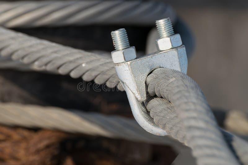 Outils de préhension sur le câble métallique photographie stock