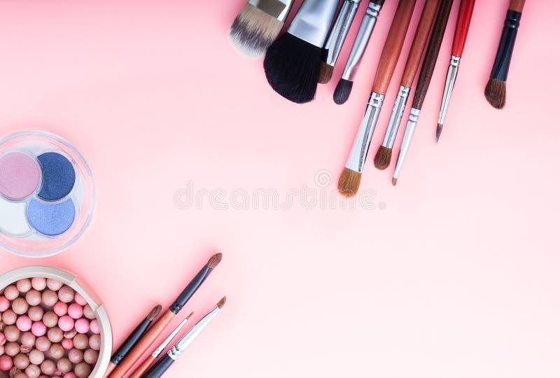 Outils de renivellement Fards à paupières, brosses Vue des accessoires cosmétiques sur le fond rose avec l'espace de copie Vue su photos libres de droits