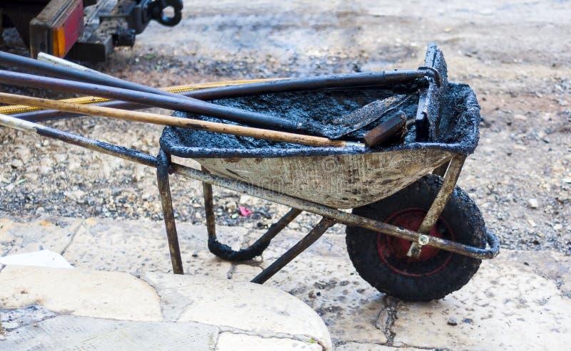 Outils de travail pour réparer des routes urbaines photos stock