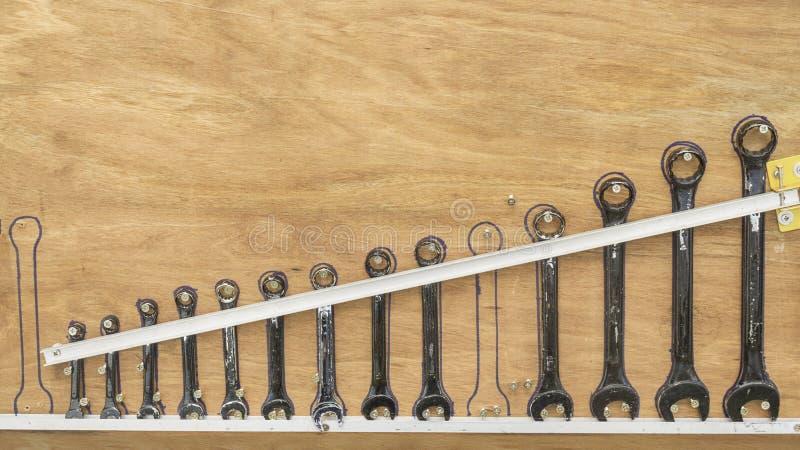 Outils de vintage accrochant sur un mur en bois dans un hangar d'outil images libres de droits
