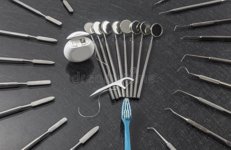 Outils dentaires sur la vue supérieure de fond gris photographie stock