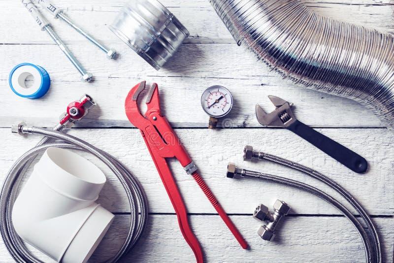 Outils et accessoires de tuyauterie sur la table en bois Vue supérieure image stock