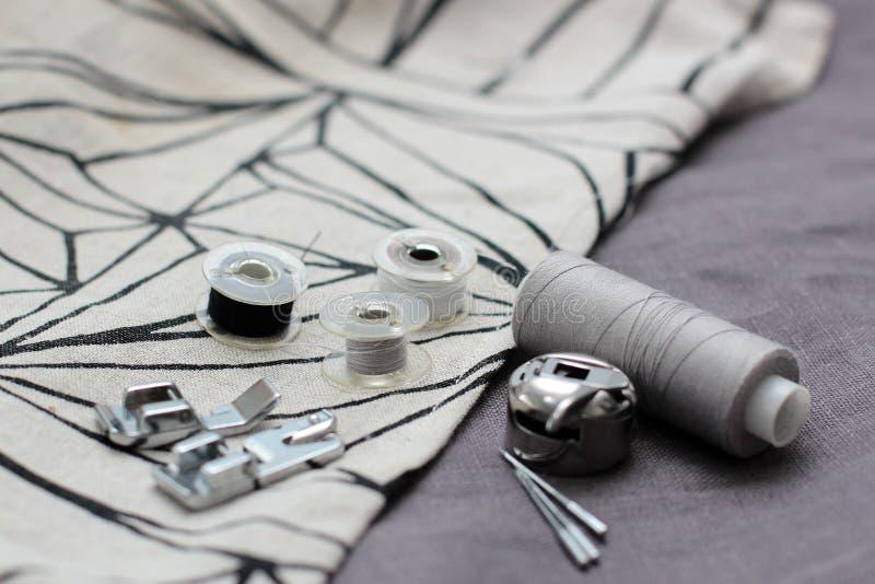Outils et accessoires pour coudre sur un fond du tissu de toile image libre de droits