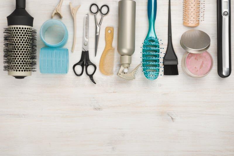 Outils et accessoires professionnels de coiffure avec le copyspace au fond photo stock