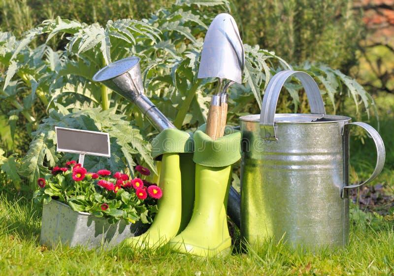 Outils et bottes pour le jardinage image stock