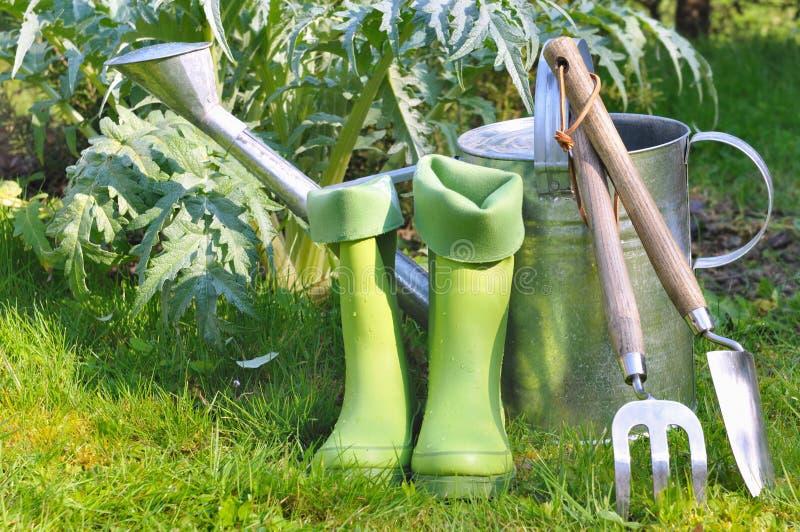 Outils et bottes pour le jardinage images libres de droits