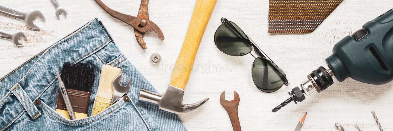 Outils et habillement étendus plats d'accessoires pour le travailleur sur le blanc rouillé en bois pour la bannière de Web Vue su photo libre de droits