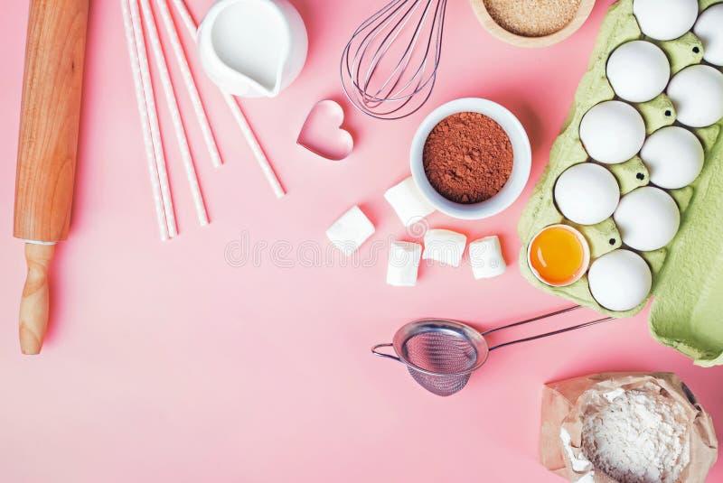 Outils et ingrédients pour faire la boulangerie douce comme le tarte ou les petits gâteaux image libre de droits