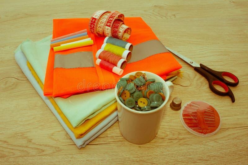 Outils et kit de couture de couture sur le fond texturisé en bois Sewin photo stock