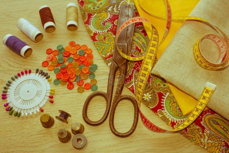 Outils et kit de couture de couture sur le fond texturisé en bois Threa image stock