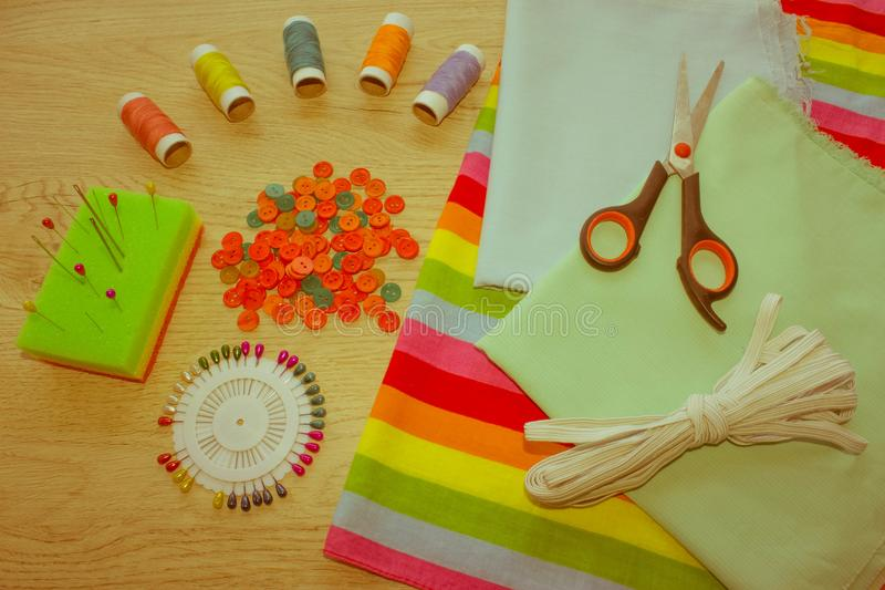 Outils et kit de couture de couture sur le fond texturisé en bois Threa photographie stock libre de droits