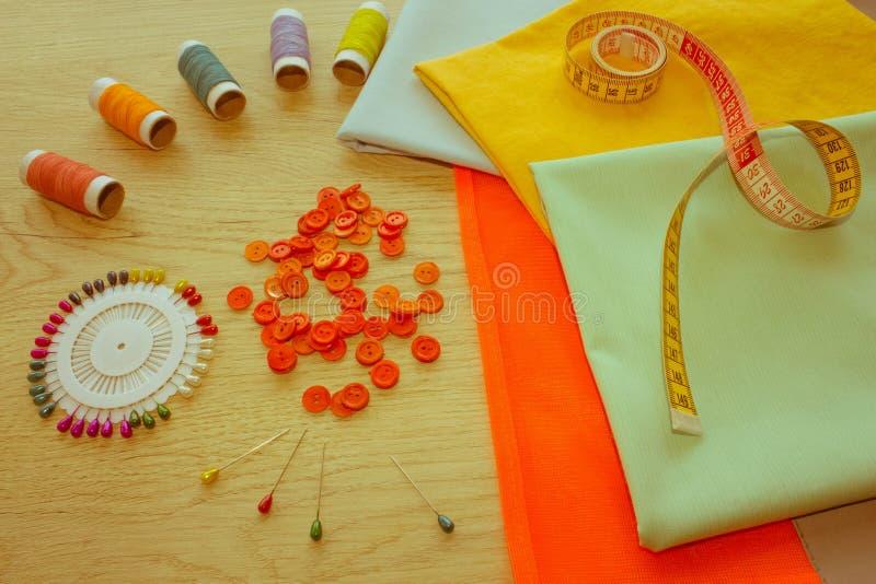 Outils et kit de couture de couture sur le fond texturisé en bois Threa photos stock
