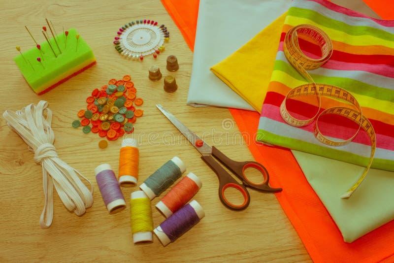 Outils et kit de couture de couture sur le fond texturisé en bois Threa image libre de droits