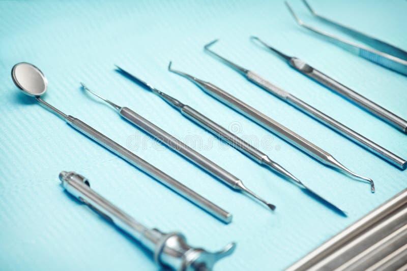 Outils et matériel dentaires photos stock
