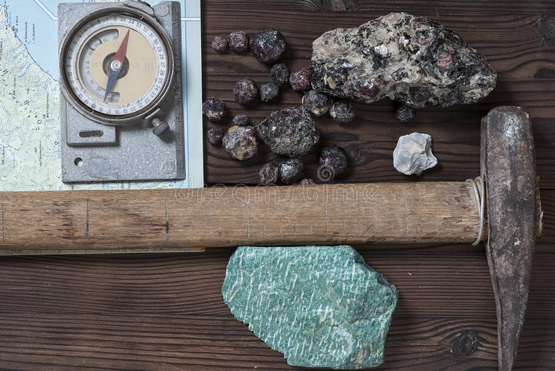 Outils et minerais géologiques images libres de droits