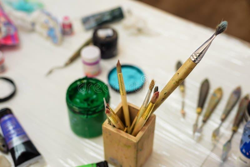 Outils et peintures de peintre images stock