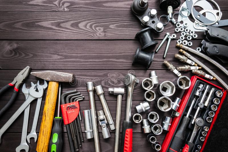 Outils et pièces de rechange automatiques sur l'établi en bois Copiez l'espace images libres de droits