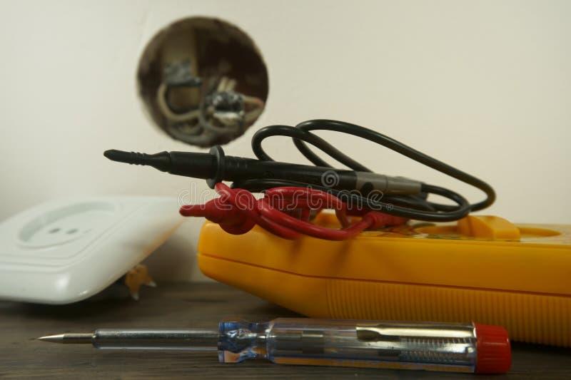 Outils pour câbler une prise murale électrique domestique images libres de droits