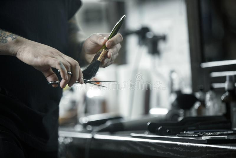 Outils pour couper la vue supérieure de raseur-coiffeur de barbe Outils de cru de salon de coiffure sur le fond en bois images stock