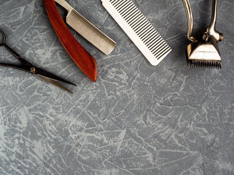 Outils pour couper le raseur-coiffeur de barbe sur la vue supérieure de fond concret gris photo libre de droits